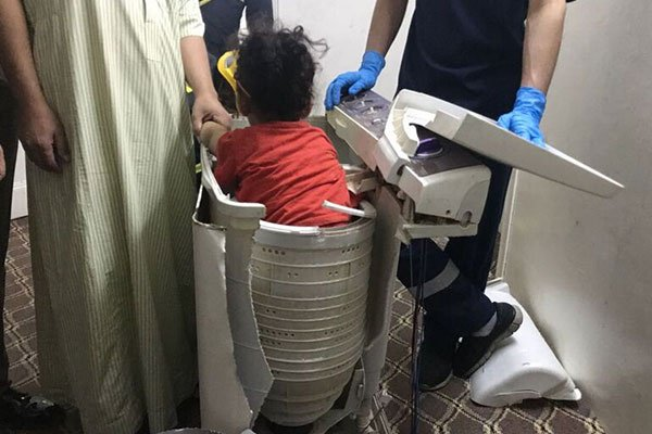 بالصور.. إخراج طفلة محتجزة داخل نشافة غسالة بالطائف
