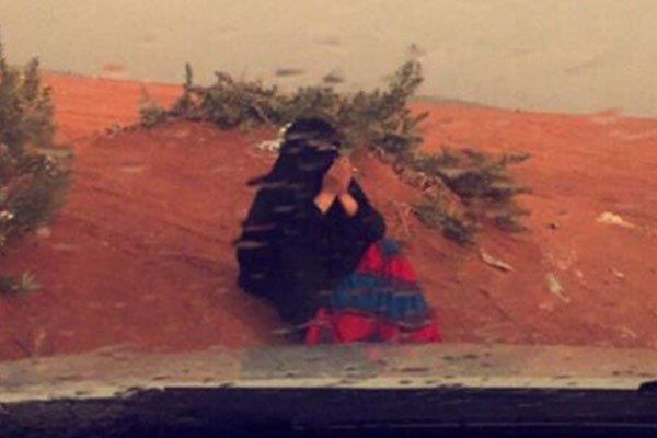 """بالفيديو.. القصة الكاملة لـ """"صورة المسنة المؤثرة"""" التي كانت تدعو تحت المطر شفائها"""