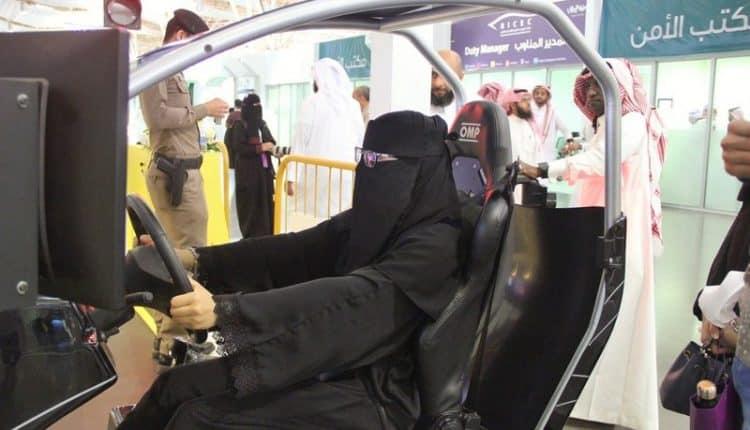بالصور .. لأول مرة.. 260 امرأة يقدن السيارة في معرض الكتاب..