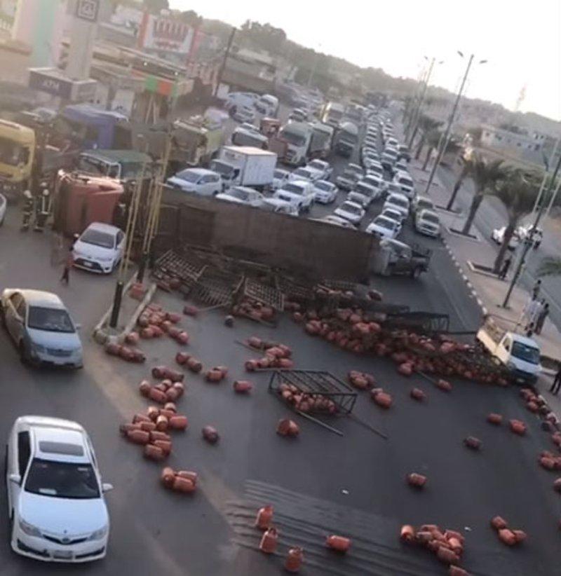 شاهد.. كاميرات المراقبة ترصد حادث شاحنة غاز بيش وتناثُر العبوات دون انفجار