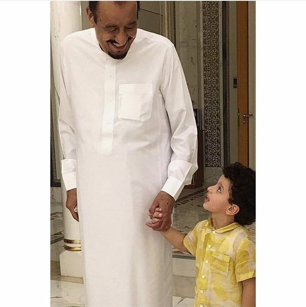 صورة عفوية باسمة للملك سلمان مع حفيده