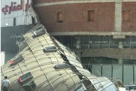 بالصور سقوط واجهة كلادينج لعمارة بالمدينة المنورة