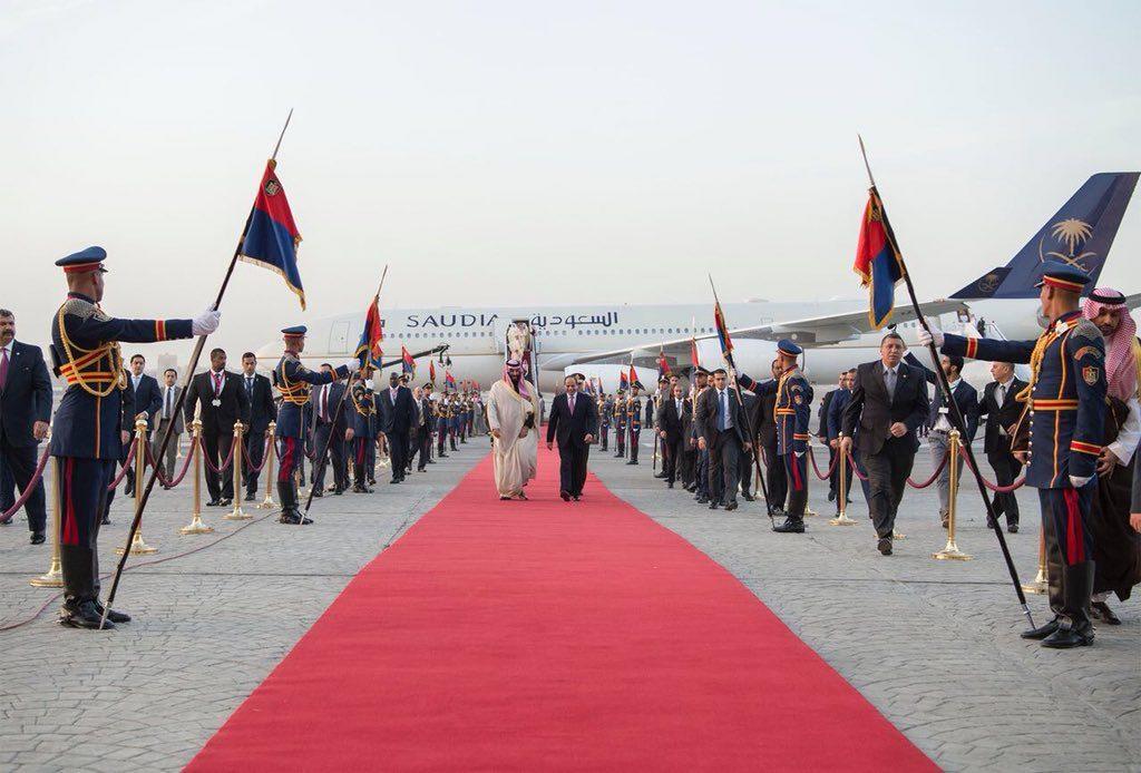 """بالصور.. استقبال """"أسطوري"""" لولي العهد في القاهرة وهذا ما حدث قبل هبوط الطائرة"""
