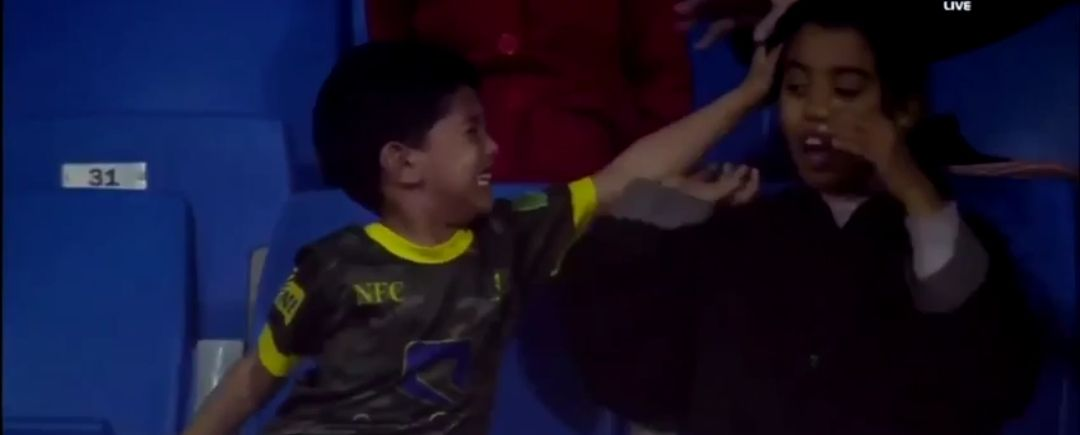 بالفيديو شاهد هوشة عائلية بروح البراءة بمدرجات الملعب بالسعودية