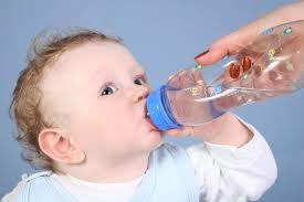 تعرف على السن المناسب لشرب الرضيع للماء