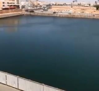 بالفيديو.. قطعة أرض وسط جدة تتحول لبحيرة كبيرة.. والأمانة تمنع المالك من تصريف المياه في شبكة الأمطار
