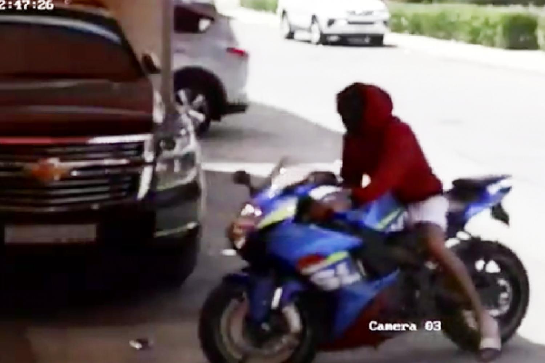 فيديو متداول.. لص يسرق «دباباً» من أمام منزل بجدة
