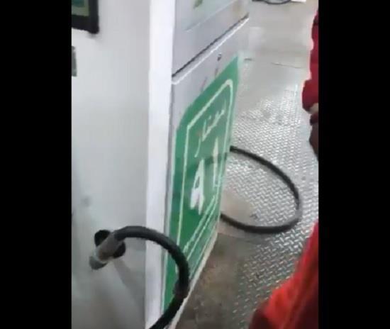 بالفيديو.. مواطن يكشف تلاعب محطة وقود بأسلوب حديث في الكميات المُضخة للمركبات