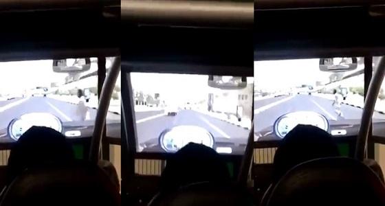 بالفيديو.. فتاة تقود سيارة تقطع إشارة مرورية وتصدم شخصا