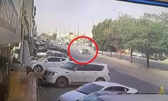 شاهد.. لحظة تعرض دورية مرور لحادث وصدمها عدداً من السيارات في شارع عام