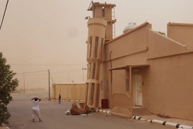بالفيديو والصور.. سقوط مئذنة مسجد في عيون الجواء