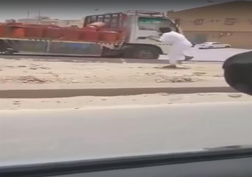 شاهد.. مطاردة مثيرة لأشخاص لإيقاف متهور يقود سيارة تقل أنابيب غاز بالرياض