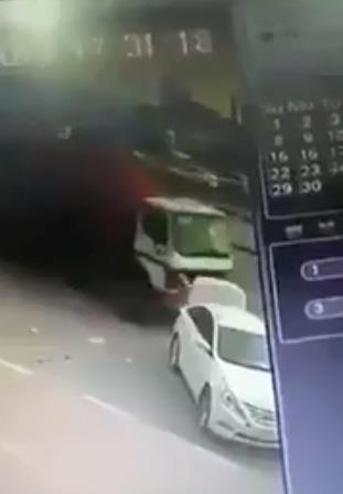 """نجاة شاب من الدهس تحت عجلات """"شاحنة"""".. شاهد ردة فعله"""