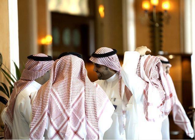 أمير مكة يوجه بإلزام المواطنين العاملين بالقطاع الخاص بالزي السعودي.. والمواطنات بالملابس المحتشمة