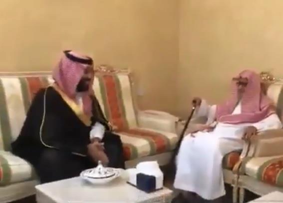 """""""أنت والد لي"""".. ولي العهد يزور الشيخ صالح الفوزان في منزله للاطمئنان على صحته (فيديو)"""