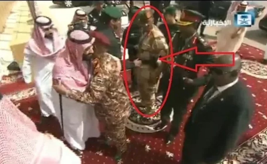 شاهد نزع سلاح مرافق الرئيس السوداني لحظة استقبال محمد بن سلمان