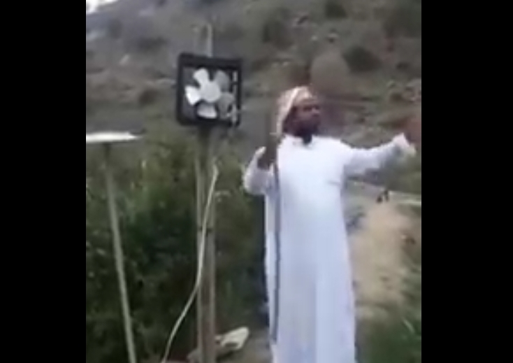 شاهد.. مزارع من جنوب المملكة يبتكر طريقة طريفة لإبعاد الطيور والقرود عن مزرعته
