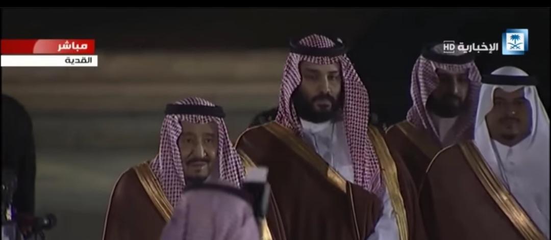 لحظة وصول الملك سلمان ومحمد بن سلمان الى مشروع القدية