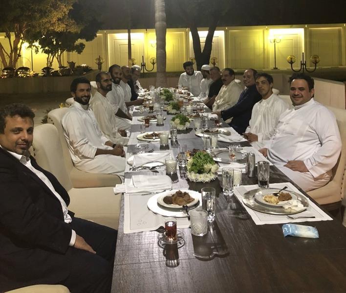 صورة خارج الرسميات تجمع ولي العهد بعدد من القادة العرب على طاولة العشا