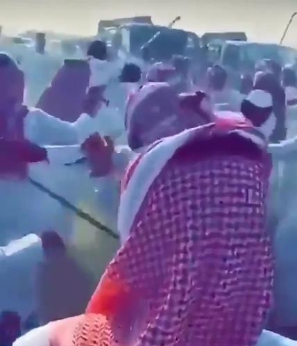 """""""شرطة الشرقية"""" توضح ملابسات فيديو المضاربة الدامية بالعصي والسلاح الأبيض في سوق الإبل بالأحساء"""