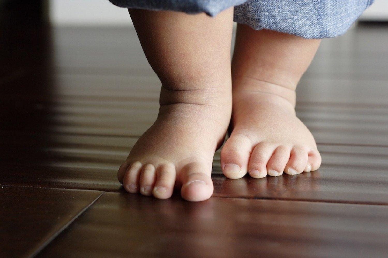 دراسة حديثة: «المشي الحافي» يعزز نمو الطفل