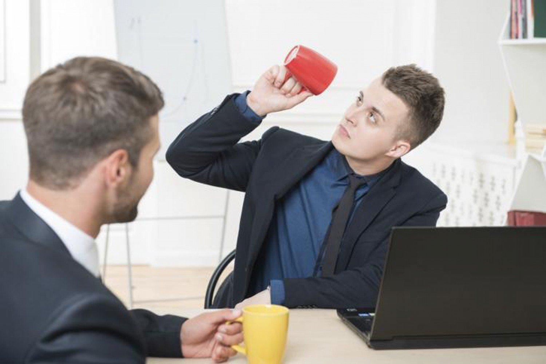 6 علامات تدل على كره زملائك في العمل لك