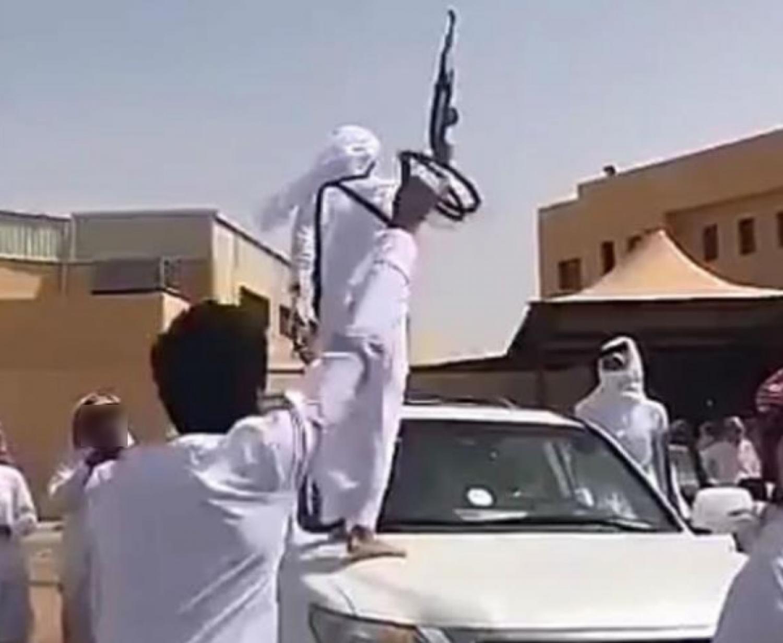 طالب ثانوي يحضر حفل تخرجه بسلاح رشاش.. و«التعليم» تعلق