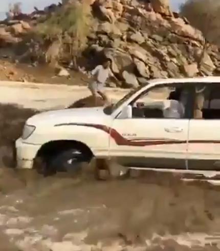شاهد.. قفزة ماهرة تنقذ شاباً من الغرق بعدما حاصرته السيول بالطائف