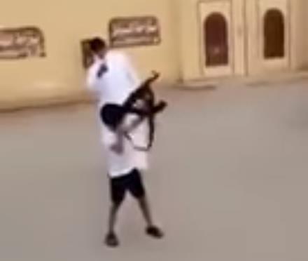 """وسط تشجيع من شبان.. """"طفل"""" يطلق النار من سلاح """"رشاش"""" (فيديو)"""