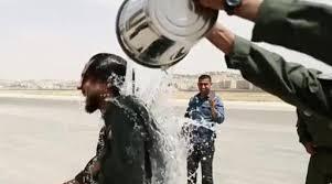 ضباط أردنيون يسكبون الماء على ولي عهد الأردن (فيديو)