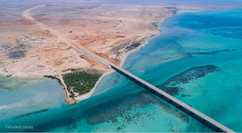 شاهد .. أول جسر بحري في السعودية يستهوي العدسات بين فرسان الكبرى والصغرى