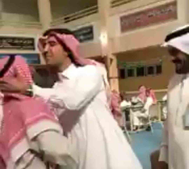 مدير تعليم الكبار يقبِّل رأس مسنٍّ أصرَّ على حضور الاختبار متكئًا على عصا