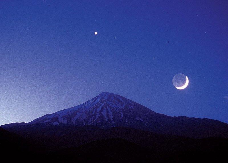 يكشف سبب صعوبة رؤية هلال رمضان في 29 شعبان وغرته الخميس