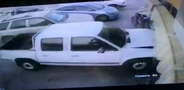 """شاهد.. """"مفحط"""" يصدم مجموعة من السيارات بالرياض قبيل الإفطار ويلوذ بالفرار"""