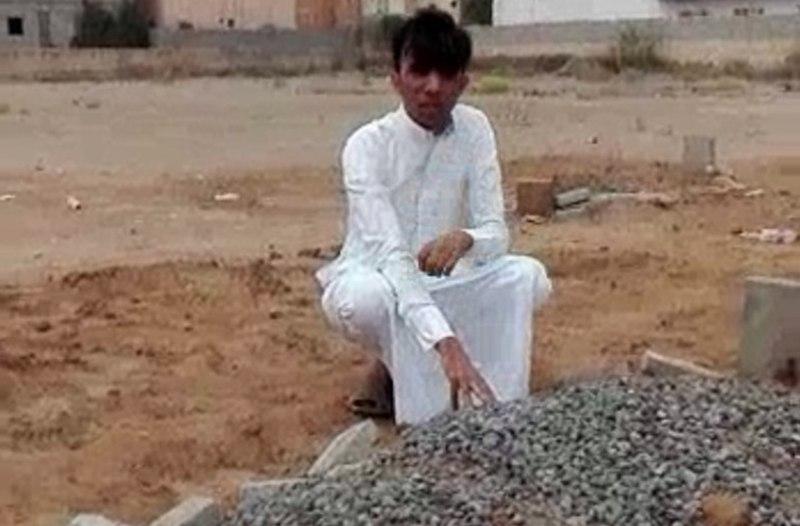 شرطة جازان توضح حقيقة شاب ظهر باكيًا على قبر شقيقه: القاتل في السجن