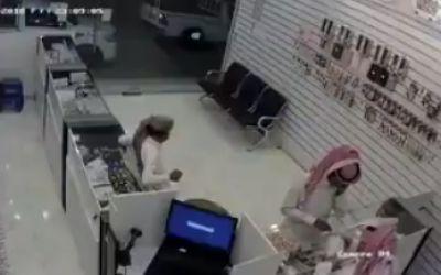 بالفيديو.. كاميرا مراقبة توثق سرقة شاب لمحل جوالات