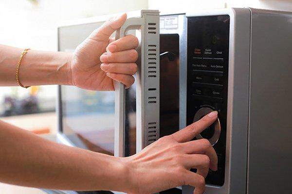 """5 مخاطر لتسخين الطعام في الميكروويف بينها """"العقم"""""""