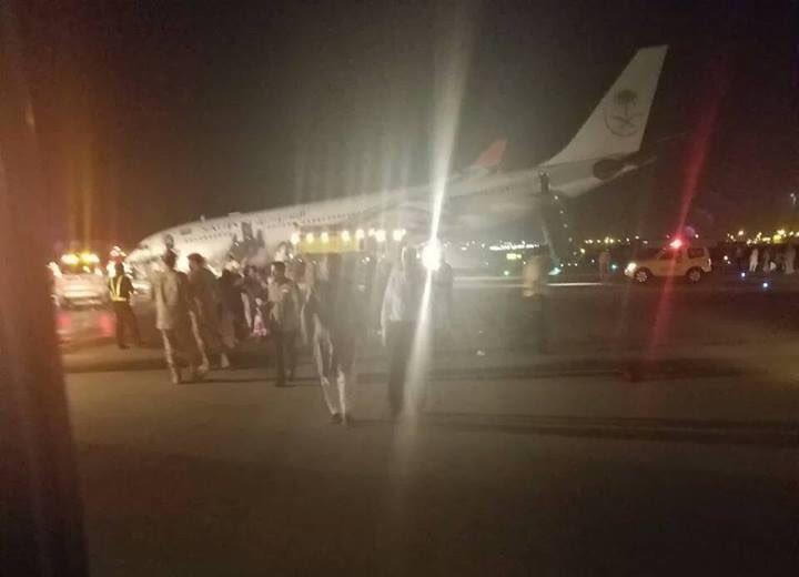 #عاجل بالفيديو والصور.. هبوط اضطراري لطائرة في مطار الملك عبدالعزيز بسبب عطل في العجلات