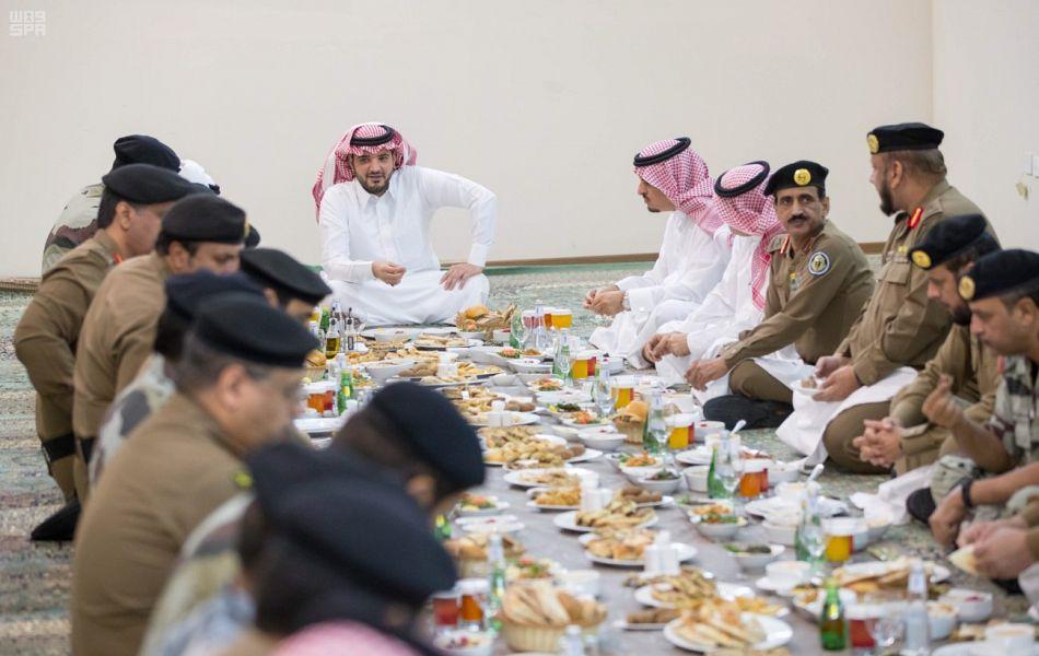 بالصور.. إفطار وزير الداخلية مع رجال الأمن المشاركين في خدمة ضيوف الرحمن