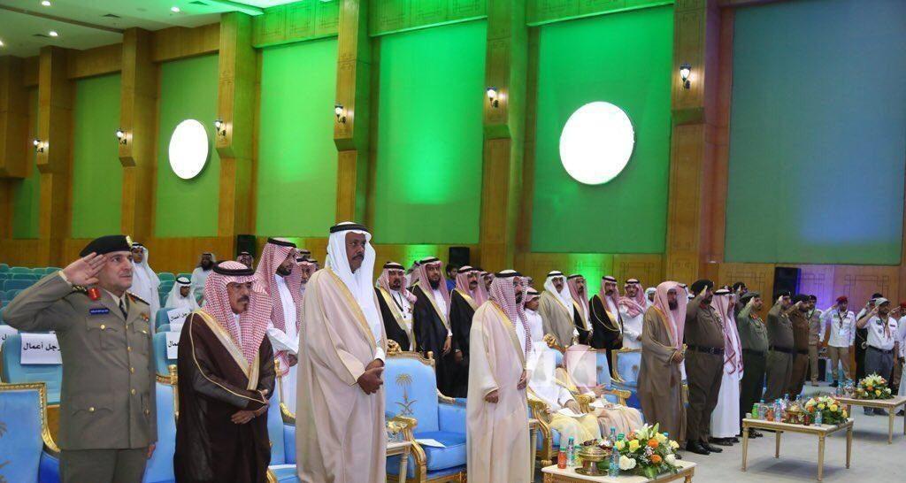 صورة لجلوس شخصيات دينية أثناء السلام الوطني في حفل بالجوف تثير الجدل