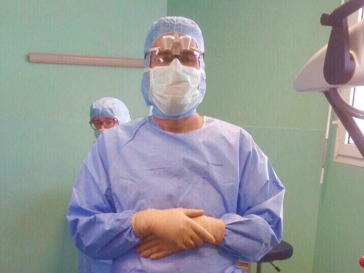 طبيب سعودي يروي تفاصيل رفض مسؤول لتوظيفه.. ويفاجئ به بعد أعوام يطلب منه هذا الطلب