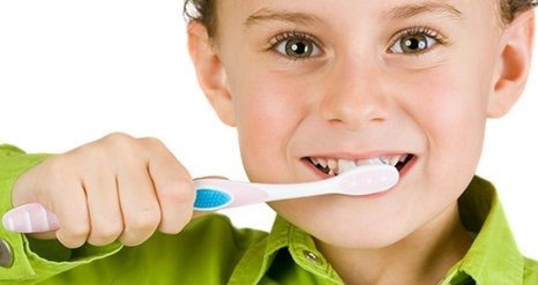 متى يستعمل الطفل معجون الأسنان المحتوي على الفلورايد؟