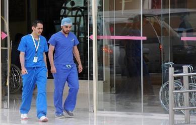 """ضوابط جديدة لزي الأطباء والإداريين بالمستشفيات.. ومنع """"القصات الغريبة"""" والملابس الضيقة والمساحيق"""