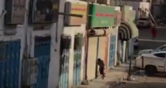 بالفيديو.. لصوص يحاولون سرقة محل والشرطة تباغتهم