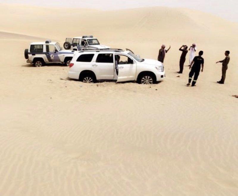 العثور على مواطن وعائلته علقت مركبتهم بالرمال في منطقة النفود