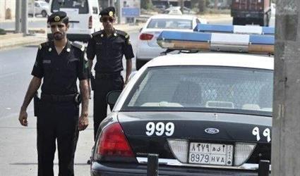 صدموه ورشوه بمادة.. شرطة الرياض تكشف ملابسات سرقة 700 ألف ريال من وافد وجنسية أفراد العصابة