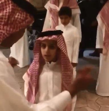بالفيديو.. ولي العهد برفقة ابنه سلمان يزوران الأمير مقرن في منزله