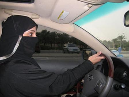 """هل يسمح للسيدات بتظليل سياراتهنّ؟.. """"المرور"""" يوضح"""