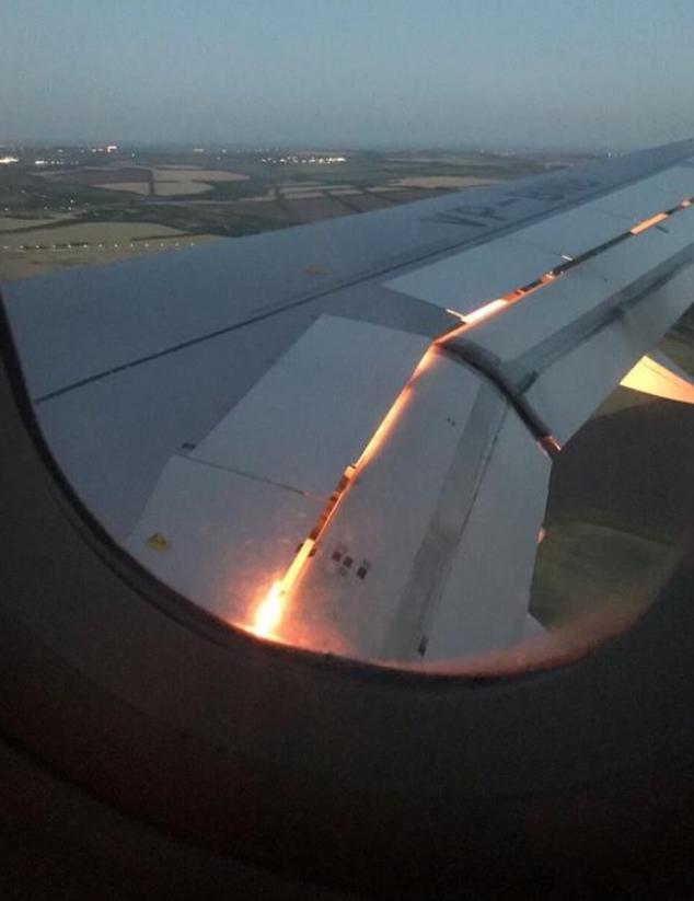 اشتعال النيران في أحد محركات طائرة المنتخب بروسيا (فيديو وصور)