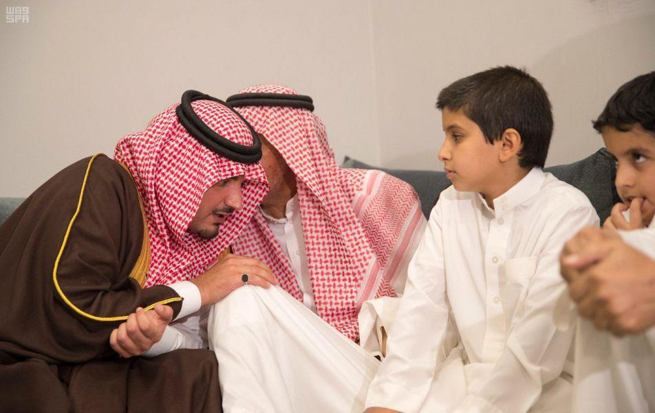 """وزير الداخلية معزياً والد """"الشهيد العبداللطيف"""": اعتبر أن لك ولداً في الرياض وهو أنا (فيديو وصور)"""